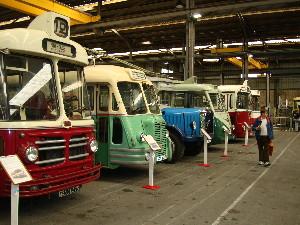 Alignement d'autobus régionaux restaurés, photo Philippe-Enrico Attal