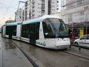 Arrivé au terminus de Marché-de-Saint-Denis, le T5 change de voie avant d'entrer en station, photo Philippe-Enrico Attal