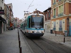 Le T1 dans la traversée du village de Gennevilliers, photo Philippe-Enrico Attal