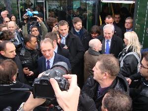Le maire de Paris et le président du Stif descendent de la rame inaugurale, photo Philippe-Enrico Attal