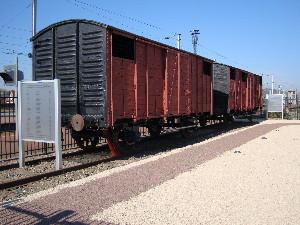 Les 2 wagons historiques sur le quai de la gare de Compiègne, photo Philippe-Enrico Attal