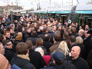 Une foule importante à l'arrivée de la rame officielle, photo Philippe-Enrico Attal