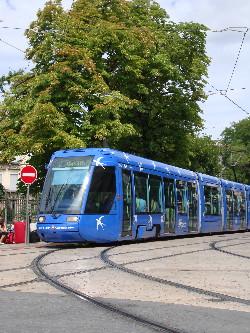 Une rame de la ligne 1 face à la gare, photo Philippe-Enrico Attal