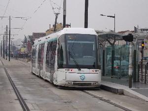 Une rame du T5 à l'essai vue à la station Suzanne-Valadon, photo Philippe-Enrico Attal