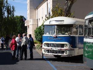 Bus ancien exposé devant la mairie de Chelles